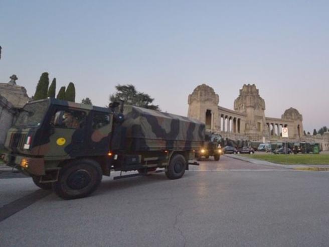 Coronavirus, nuovi mezzi militari portano via le bare da Bergamo