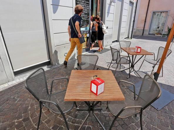 Tavolino Del Bar.Tavolini Del Bar In Piazza Ma Al Massimo Tre Sedie