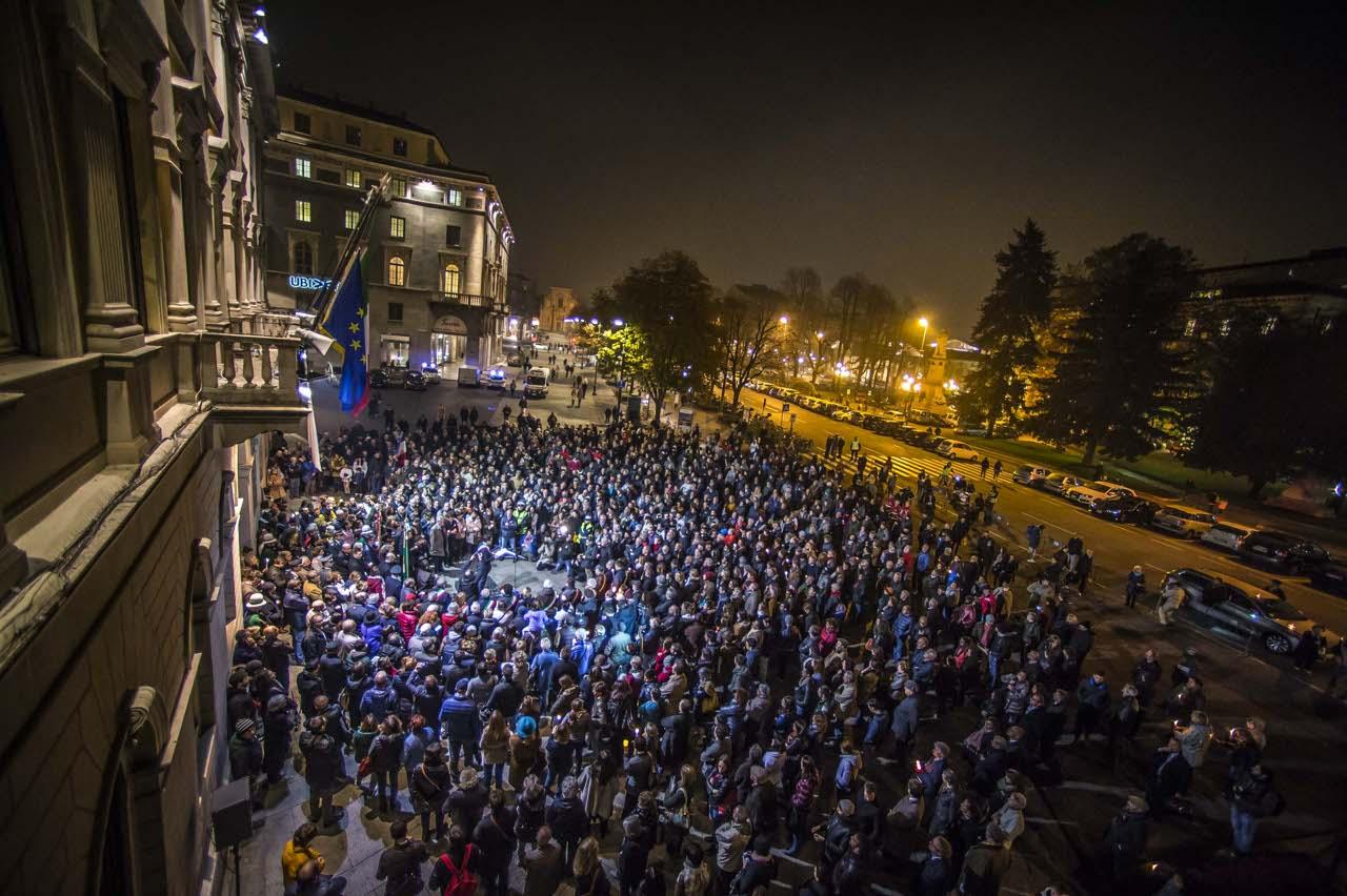 Una folla in piazza per dire «no» al terrorismo - Corriere.it