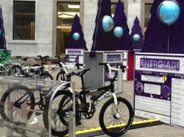 Biciclette collegate ai generatori maratona a pedali per illuminare