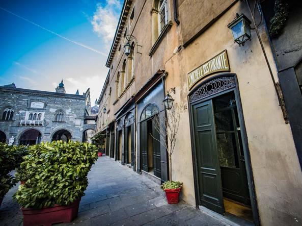 Beautiful Vetrina Rossa Bergamo Contemporary - Amazing House Design ...