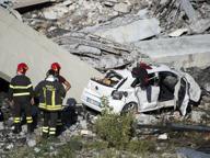 I vigili del fuoco di Bergamo tra le macerie del ponte crollato a Genova: «Un disastro mai visto»
