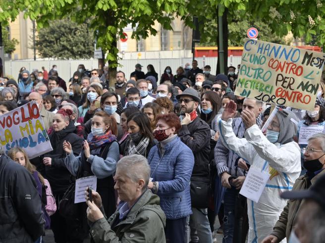 No paura day a Bergamo, sul Sentierone 500 persone: «Non siamo negazionisti»