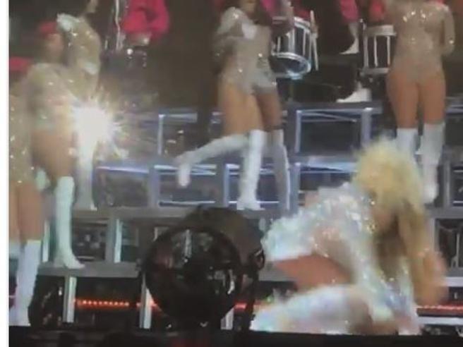 Beyoncé cerca di prendere in braccio la sorella Solange ed entrambe crollano a terra