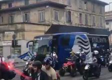 L'Atalanta scortata dai tifosi in motorino