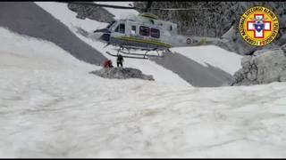 L'elicottero quasi sulla neve per il recupero in Presolana