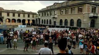 No vax fuori dalla Procura di Bergamo al grido di «libertà»