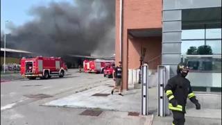 Urgnano: incendio alla GioStyle, alta colonna di fumo