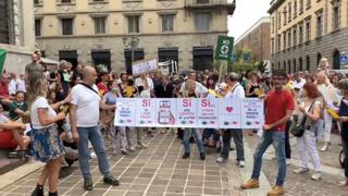 No-vax ancora in piazza a Bergamo: i cori di fronte alla Procura