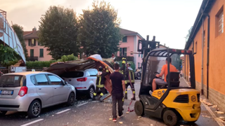 Tromba d'aria a Treviglio, tetto strappato dal forte vento finisce sulle auto