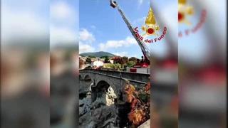 Cene, cade e finisce sulle rocce del fiume Serio, ferito