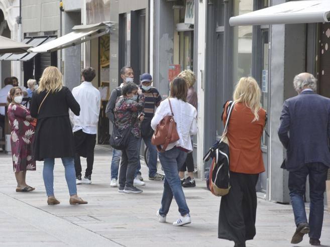Locali e negozi, una web app anti code: «Ora stop all'asporto dai bar»