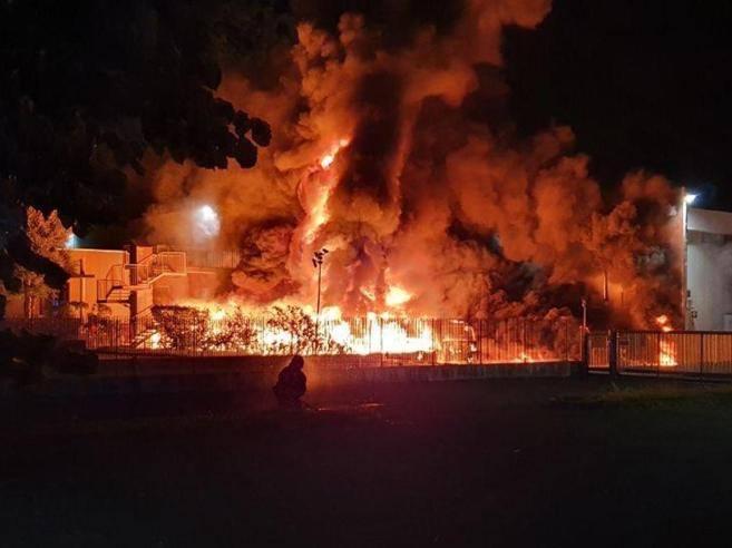 Incendio a Costa di Mezzate, distrutti camion e un capannone. Fiamme altissime e fumo nero